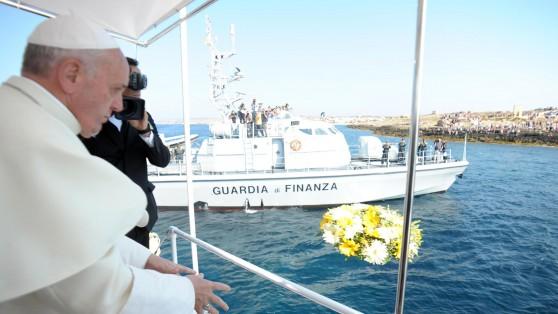 Le pape François jette des fleurs sur la mer, lieu de sépulture de nombreux immigrants clandestins