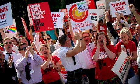 Des militants remercient la Chambre des Lords pour avoir voté la loi sur le mariage gay (photo The Guardian)