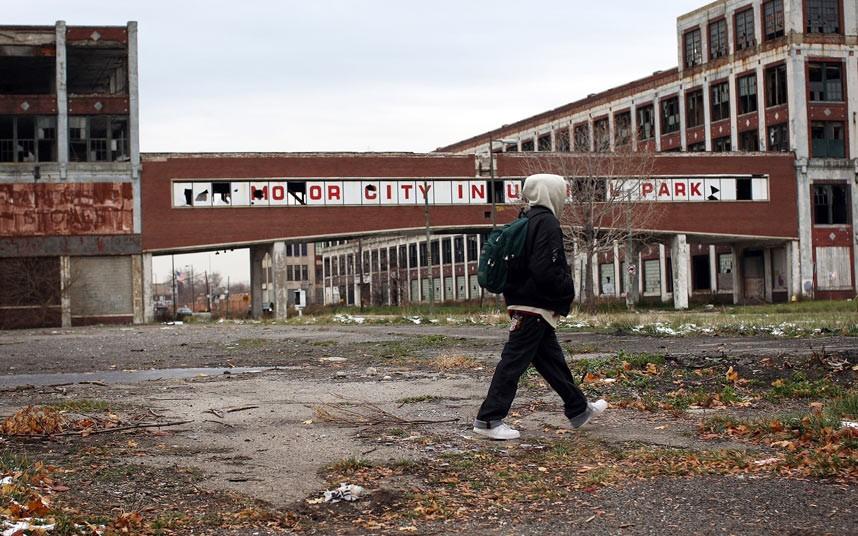 Passant devant une ancienne usine de General Motors à Detroit