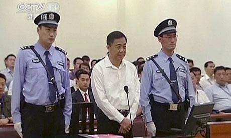 Bo-Xilai, 1m86, entre ses gardiens géants