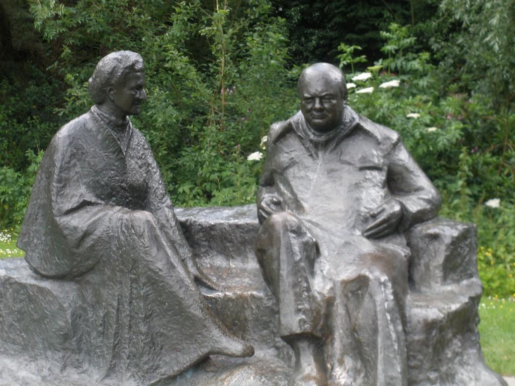 Statue de Churchill et Clementine à Chadwell House