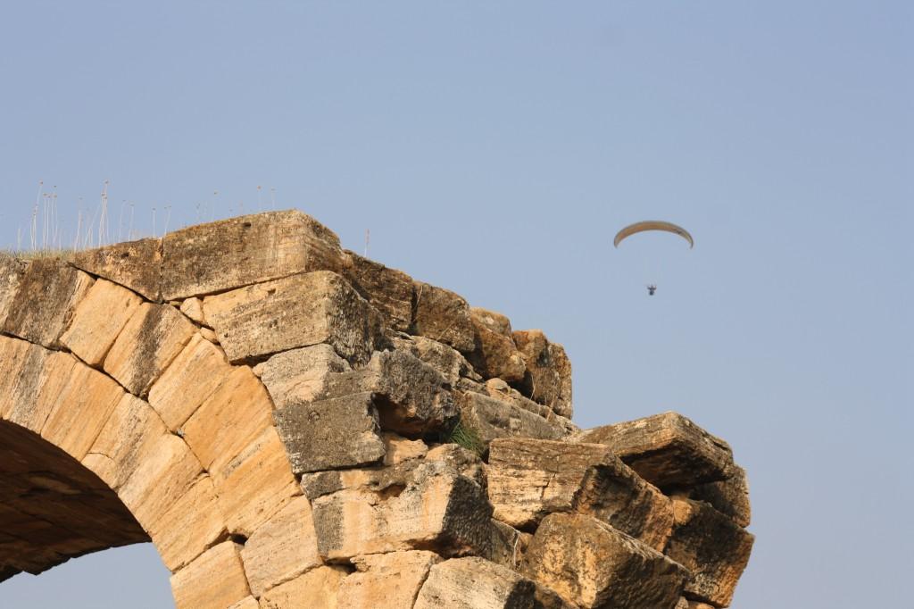 Survolant les ruines de Hierapolis