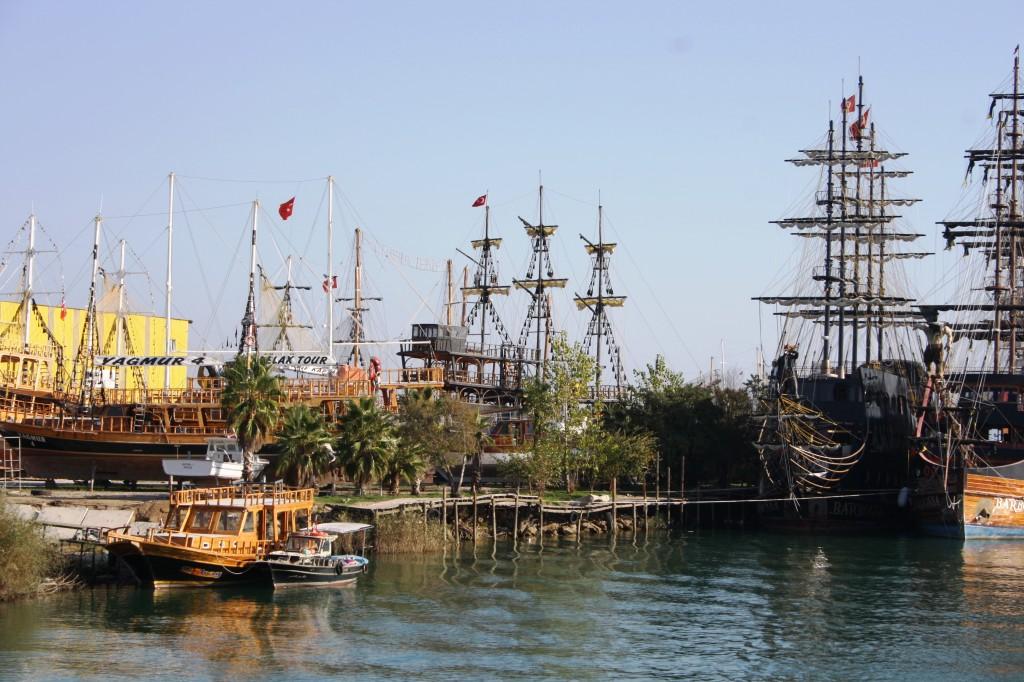 La flotille de bateaux kitsch de Manavgat