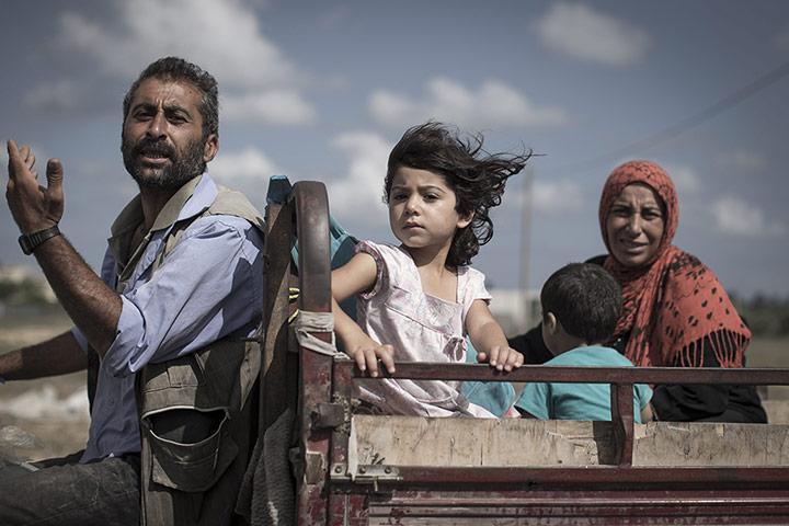 Une famille fuit vers un local de l'ONU à Gaza