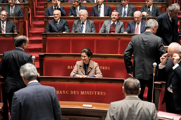 Femme dans une assemblée d'hommes