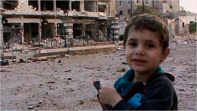 Un petit garçon dans Homs martyrisée