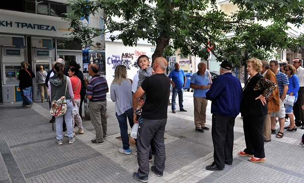 Queue à un distributeur de billets en Grèce