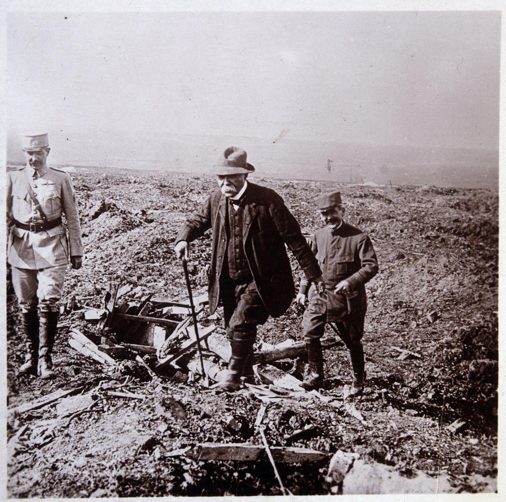Premiere guerre mondiale : Georges Clemenceau (1841-1929) et son fils a Maurepas dans la Somme en 1916. Photographie ©Collection Sirot-Angel/leemage